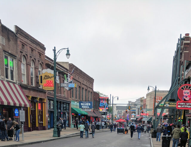 Beale Street, crowded with blues clubs, restaurants, and tourists, is near downtown Memphis and is one of the best ttings to do in Memphis.
